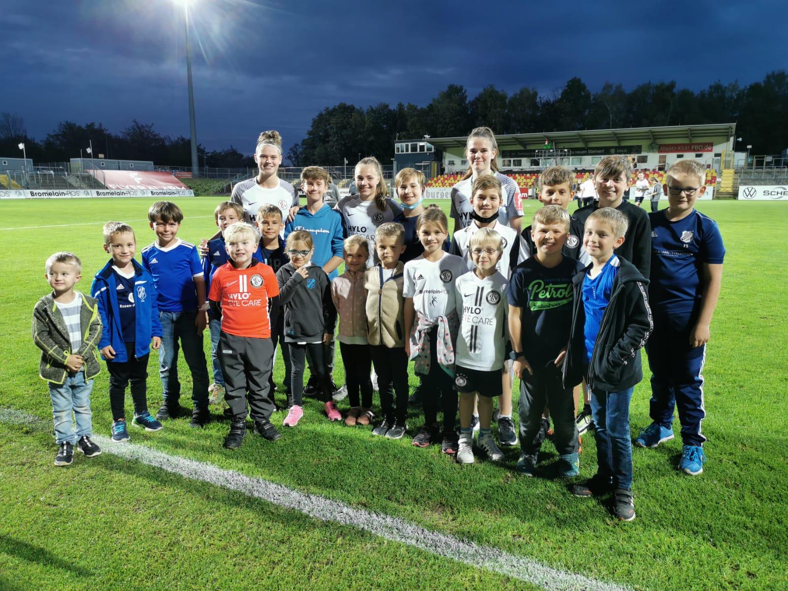 Unsere Kids mit Spielerinnen der SVEa